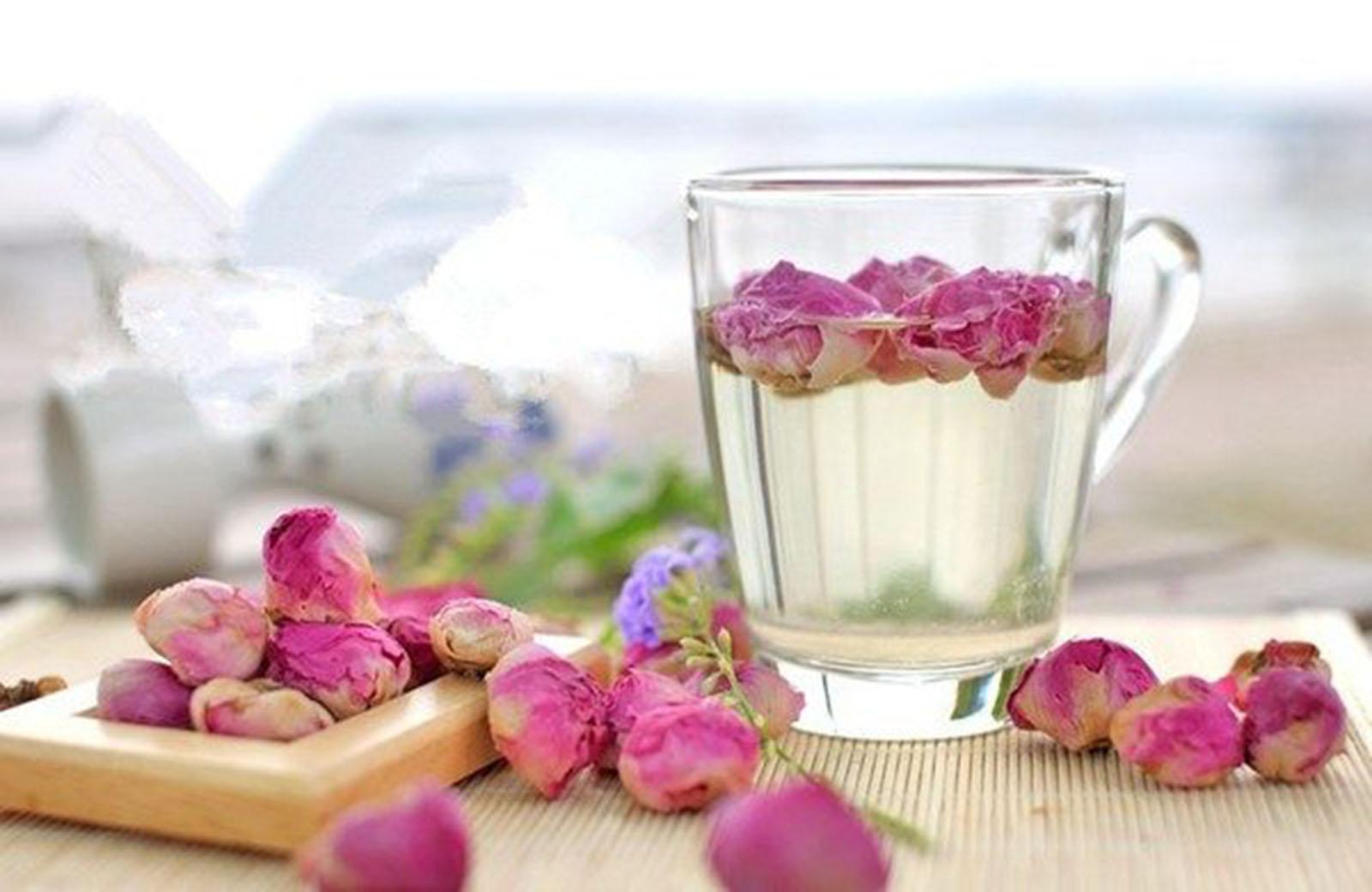 Trà hoa hồng còn có tác dụng chống các bệnh ngoài da và hạn chế vết thương mưng mủ, tăng cường hệ miễn dịch, kích thích và cân bằng hệ thần kinh con người