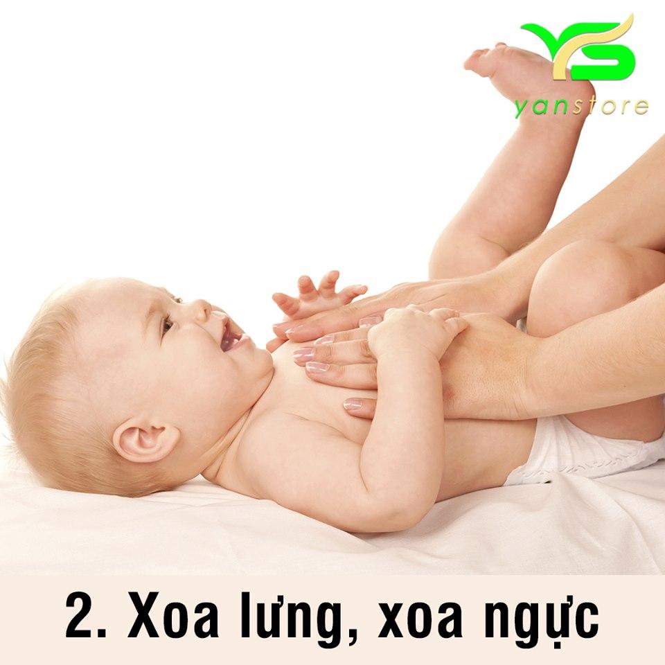 Xoa tinh dầu tràm vào vùng lưng, ngực giúp trẻ giữ ấm và giảm ho