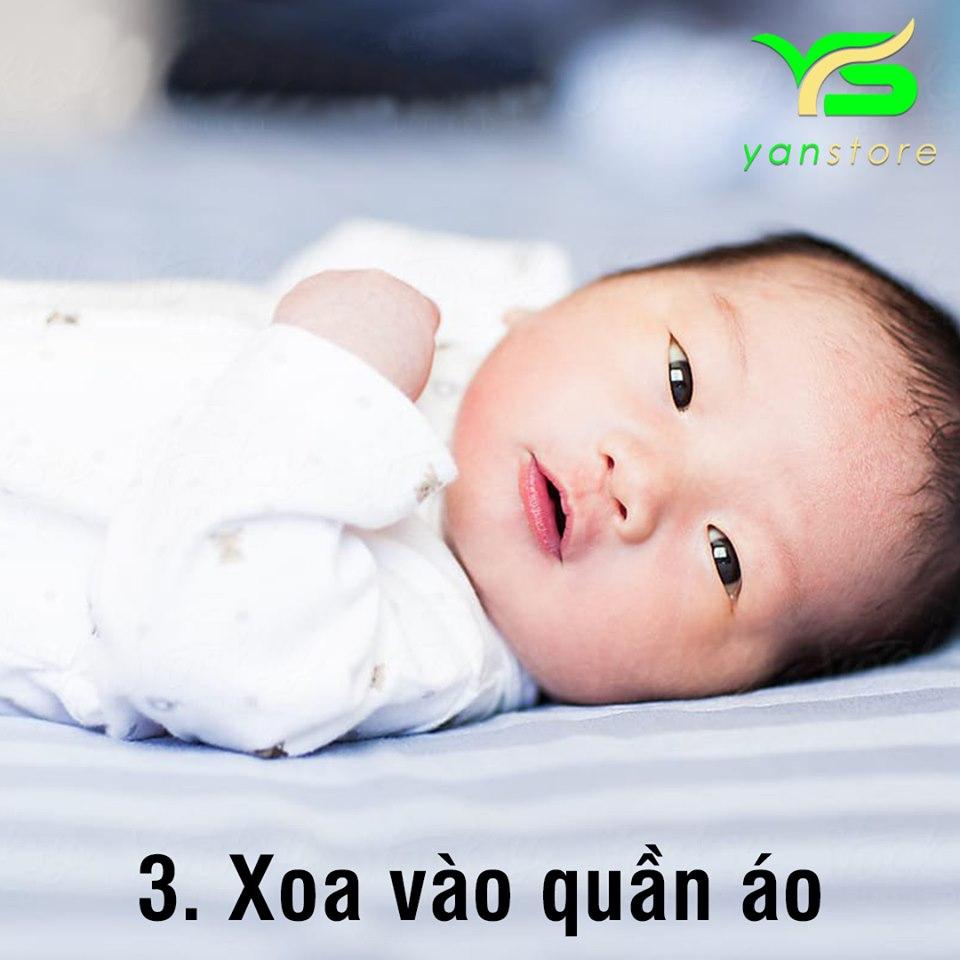 Sử dụng tinh dầu tràm thấm vào khăn quấn cổ hay quần áo cũng là cách bảo vệ trẻ khỏi vi khuẩn, muỗi và côn trùng